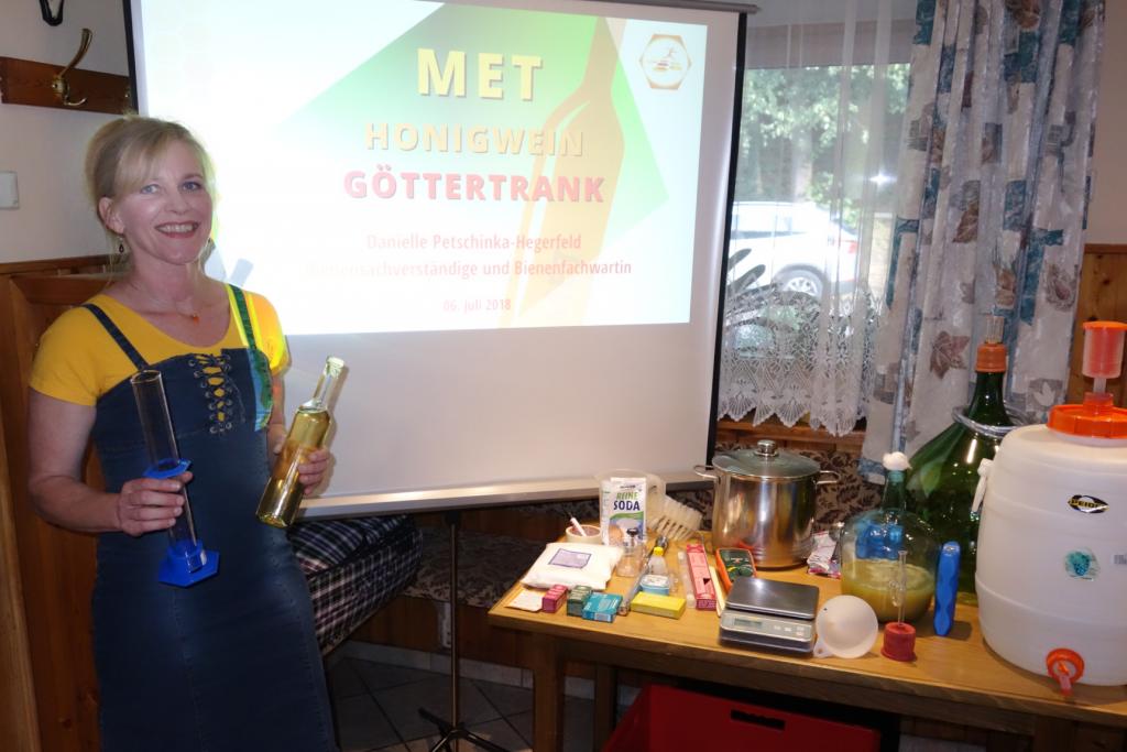 "Danielle Petschinka-Hegerfeld beim Vortrag ""Met - Honigwein - Göttertrank"""